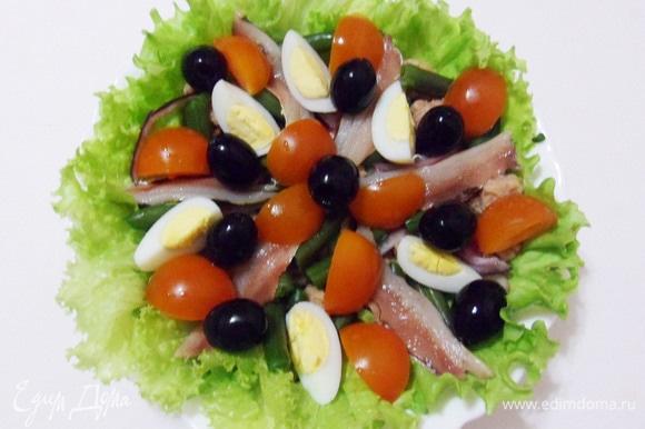 Далее выложить маслины и помидоры.