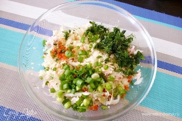Добавить мелко нарезанные зелень укропа, зеленый лук и перец чили.