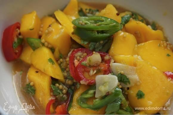 Приготовить соус: манго, кинзу, чили и чеснок выложить в глубокую посуду, добавить горчицу, оставшийся имбирь, цедру и сок лайма, все посолить и перемешать.