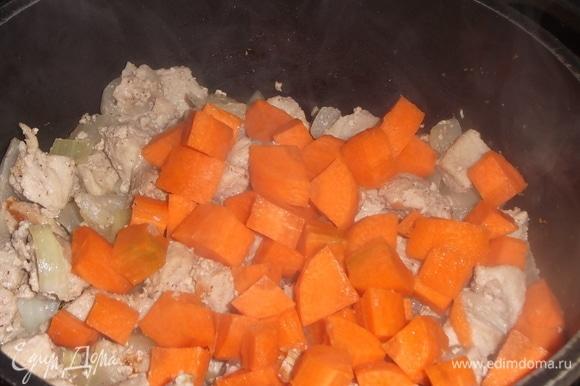 Всыпать нарезанную морковь. Залить стаканом воды. Тушить под крышкой 10 минут.