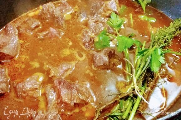 Влить бульон (в идеале говяжий, у меня вода). Добавить соль и перец. Количество жидкости должно быть достаточным, чтобы мясо могло тушиться в течение нескольких часов. По необходимости нужно долить бульон. Тушить под крышкой 2,5–3 часа до готовности мяса.