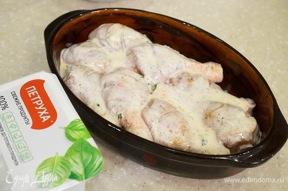 Обильно смажьте кефирным соусом.