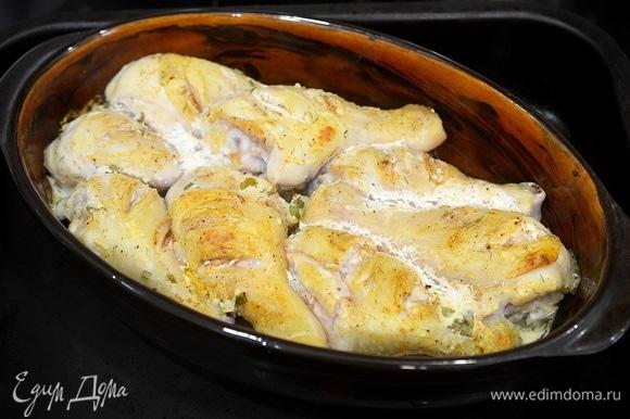 Поставьте в разогретую до 200°C духовку на 50 минут. Смазывайте кефирным соусом курицу во время запекания еще 2–3 раза.