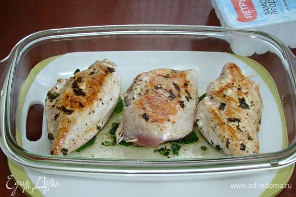 Обжаренное куриное филе уложить в форму, сверху накрыть фольгой и поставить в разогретую до 160°C духовку на 20–25 минут.