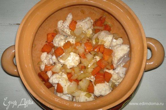 На капусту выложить половину обжаренных лука и моркови (вместе с маслом).