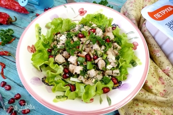Листья салата порвать на кусочки руками. Выложить их на дно салатника, сверху выложить салат из курицы. Приятного аппетита!