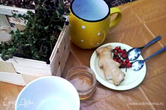 Я завариваю на глазок, но если придерживаться рецептуры, то на чайник 3 литра нужно положить по 2 ст. л. всего, или по 2–3 пучка, затем дать настояться 15 минут. Приятного чаепития.