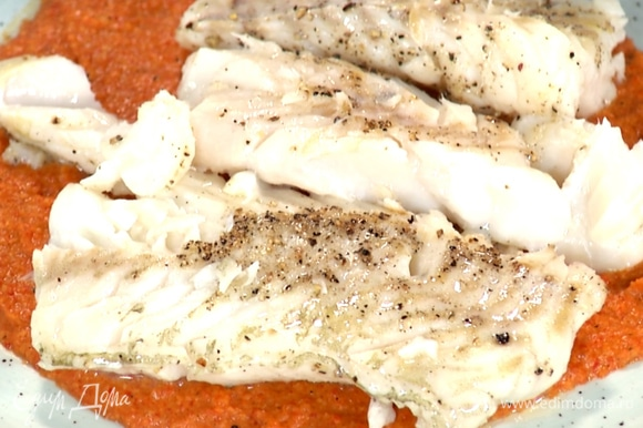 Соус равномерно распределить на тарелке. Готовую рыбу выложить на соус.