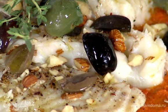 Нарезать оливки, измельчить в ступке миндаль. Посыпать рыбу миндалем и оливками, сбрызнуть соком лайма и оливковым маслом, украсить тимьяном.