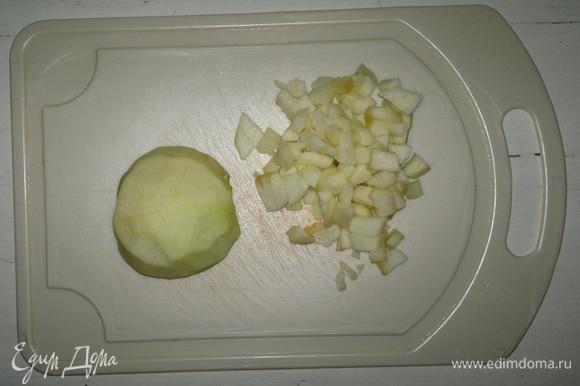 Яблоко очистить от кожуры, разрезать пополам, вырезать семенную коробочку. Нарезать яблоко на мелкие кубики.