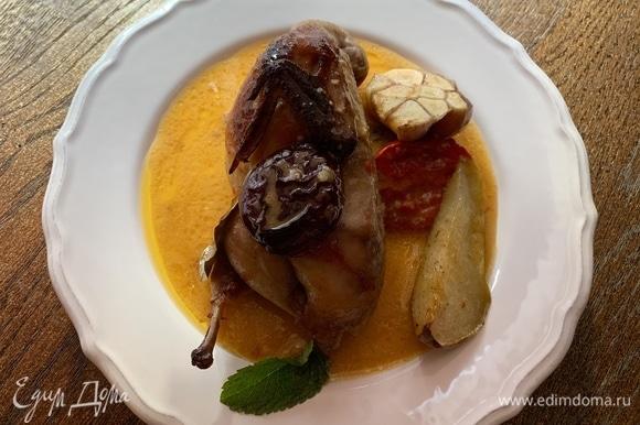 Можно подавать порционно: сначала перепелку, за ней идет слива, помидор и кусочек груши. Все полить соусом.