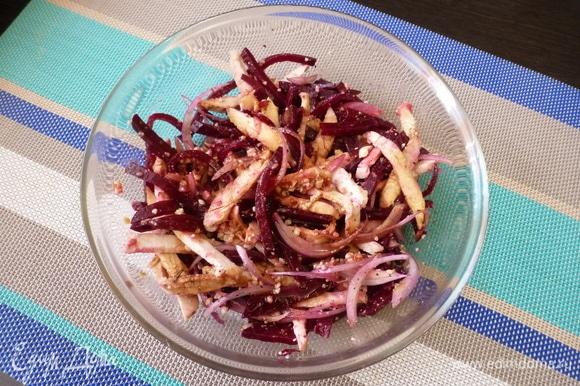 Соединить в миске все ингредиенты. Заправить по вкусу соевым соусом и оливковым маслом. Поперчить по вкусу.