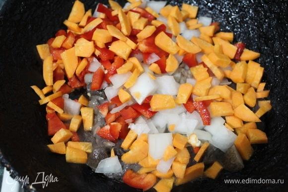 Овощи режем мелким кубиком и отправляем на сковороду к грибам. Солим и добавляем специи по вкусу. Важно! Обжариваем до полуготовности.