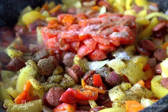 Отправила томаты в сковороду, не размораживая. Потом перемешала вместе с приправами.