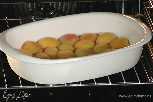 Форму с абрикосами поставить на 5 минут в духовку, разогретую до 190°С.