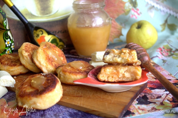 Очень вкусные сырнички получились. Подала с медом.