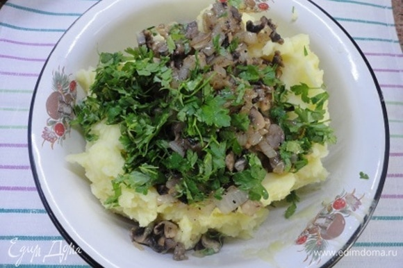 В отварной картофель добавляем сливки и сливочное масло и превращаем в пюре. Добавляем жареные грибы и рубленую петрушку с чесноком. Все перемешиваем. Гарнир готов.