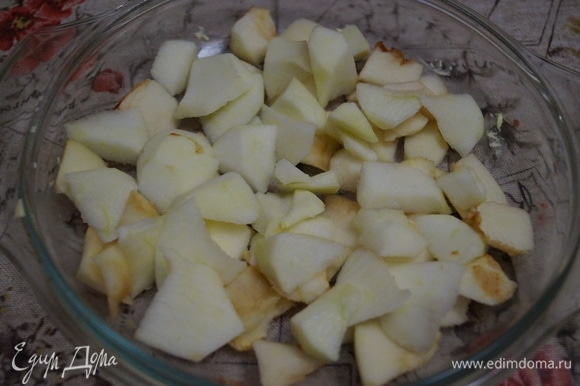 Яблоки очистите от кожуры, разложите на дно формы ровным слоем. Форму можно не смазывать маслом.