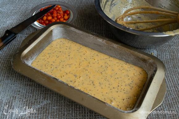 Выливаем тесто в форму, оно довольно жидкое, так и должно быть.