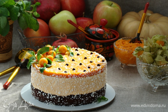 Готовый торт украсить по вкусу. Можно наслаждаться нежнейшим и вкусным десертом из тыквы.