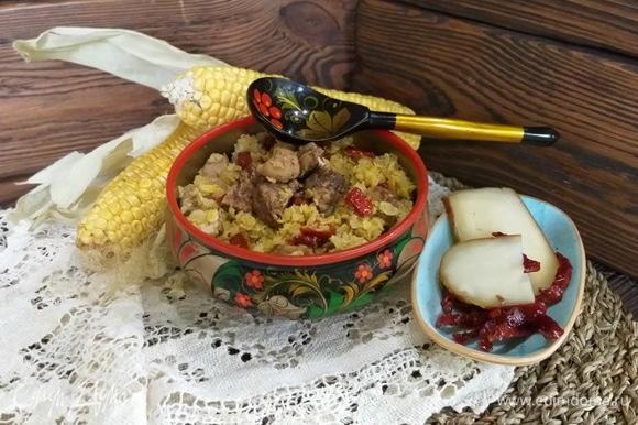 Кукурузную крупу промыть и откинуть на сито — пусть стечет вода. Почистить лук и мелко его нарезать. Вяленые томаты нарезать чуть крупнее. Сыр сулугуни так же нарезать мелким кубиком либо натереть на крупной терке. Я использовал копченый сыр сулугуни — он придает яркий аромат и дополнительные вкусовые нотки блюду.