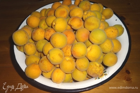 Абрикосы вымыть, удалить косточки. Помять плоды руками или пестиком.