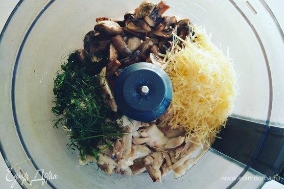 Мясо отварных куриных бедер ТМ «Петруха», обжаренные шампиньоны, рубленую зелень, тертый сыр отправляем в комбайн для измельчения.