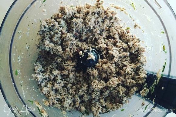 К начинке добавим яйцо, соль и специи по вкусу.
