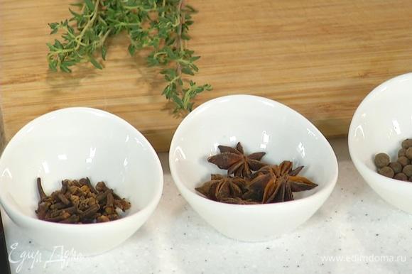 В заварочный чайник добавить черный чай, тимьян и специи.