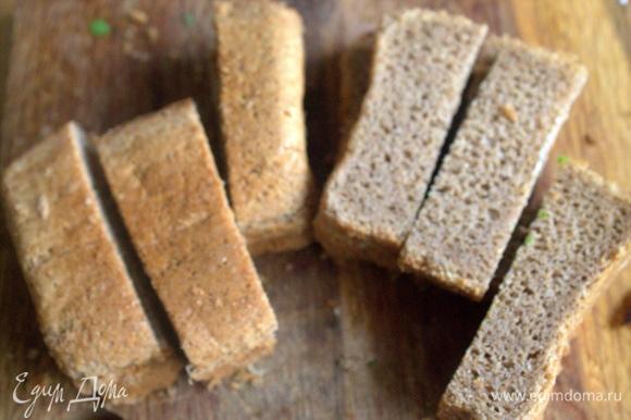 Для гренок лучше брать хлеб «кирпичик». Каждый кусок нарезать на 3 полоски.