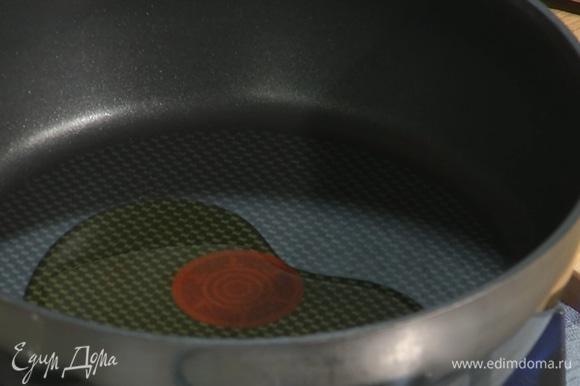 В разогретую сковороду налить оливковое масло.