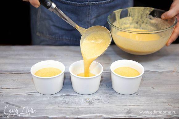 Формочки для суфле смажьте сливочным маслом, выложите смесь и поставьте в духовку, разогретую до 180°С. Выпекайте 20 минут.