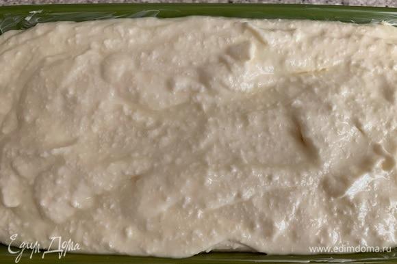 Вливаю творожно-сырную массу в форму. Ставлю выпекаться на 30–40 минут. Время приготовления зависит от возможностей вашей духовки.