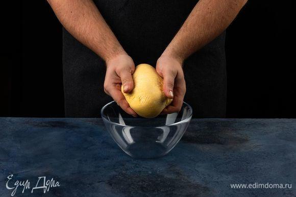 Вымесите эластичное тесто, накройте пленкой и оставьте на полчаса.