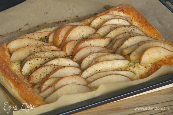 Слойку выпекать в духовке, разогретой до 190°С, в течение 18–20 минут.