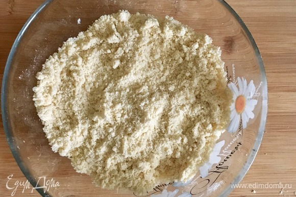 Порубить холодное масло с мукой и солью до мелкой крошки.