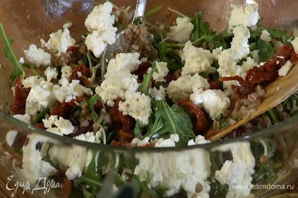 Добавить в салат нарезанные помидоры, сыр и посыпать все семечками.