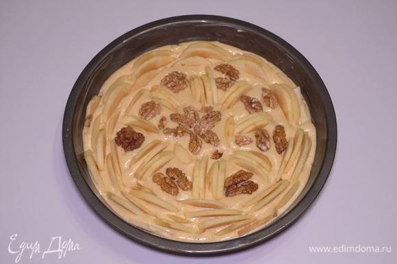 После этого аккуратно распределяю дольки яблок. Не укладываю горизонтально, а именно вставляю вертикально в тесто и еще слегка втапливаю сюда кусочки грецких орехов. Ставлю вкуснятину в предварительно разогретую до 180°C духовку на 30–35 минут, готовность проверяю шпажкой.