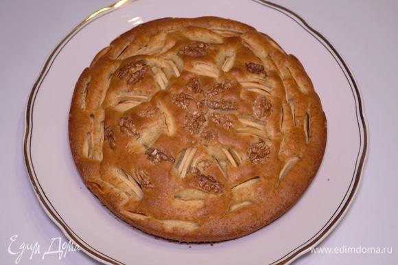 Достаю из духовки. Пирог очень красивый, нежный и мягкий!