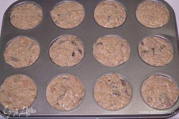 Для выпекания я использую обычную форму для кексов. Смазываю каждую ячейку небольшим количеством растительного масла и аккуратно раскладываю массу по всем этим ячейкам. Затем выпекаю эту вкуснятину в духовке при 180°C 30 минут.