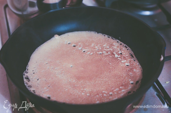 Жарим на предварительно разогретой сковороде. Можно подавать с джемом, медом, творогом и фруктами — на ваш вкус. Приятного аппетита!