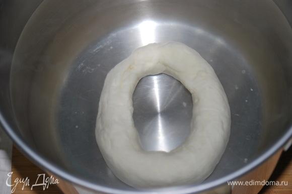 Сформируйте баранки и опустите их в кипяток. Обваляйте в смести мака и соли со всех сторон.