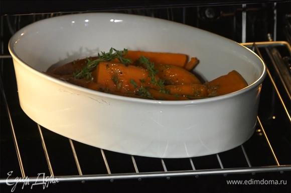 Овощи запекать в предварительно разогретой до 200°С духовке в течение 15 минут.