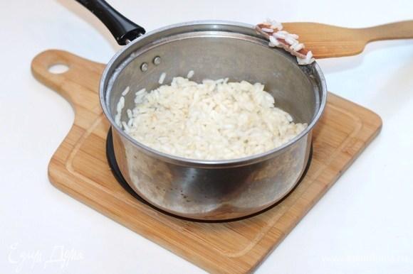 Варим рис до полуготовности.