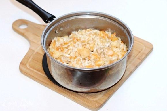 Выкладываем лук с морковью в кастрюлю с отваренным рисом. Добавляем 1 ст. л. соевого соуса, сливочное масло, мякоть яблок, бульон или воду. Перемешиваем. Вместо соли — соевый соус.