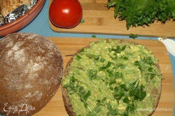 Одну половинку хлеба смазываем пастой из авокадо. Посыпаем зеленым базиликом.