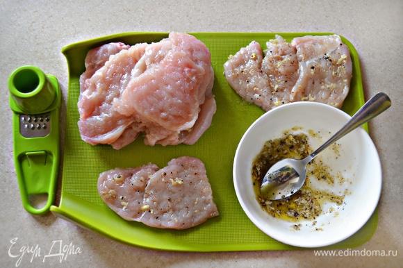 Для маринада необходимо измельчить чеснок, добавить соль, молотый перец и натертый на мелкой терке небольшой кусочек имбиря. Добавить оливковое масло и перемешать. Смазать куриные медальоны полученной смесью, сложить в миску, накрыть пищевой пленкой и оставить мариноваться на 1 час.