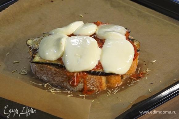 Противень застелить пергаментной бумагой. Бутерброды запекать в духовке под грилем 2–3 минуты, пока не расплавится моцарелла.