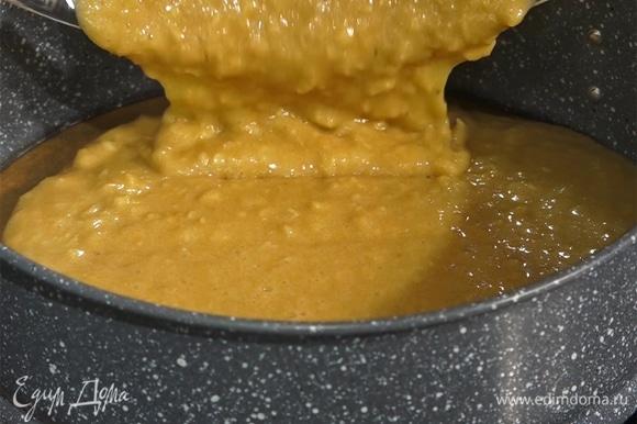 Тесто вылить в форму, пирог выпекать в духовке 35–40 минут при 180°С.