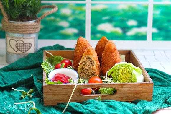 Подавайте блюдо горячим с большим количеством зелени и любимым соусом.